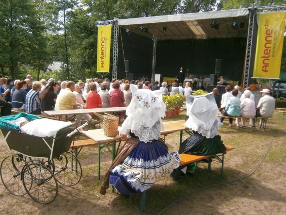 Gottesdienst auf der Bühne beim Johannismarkt, Foto: Fred Kunze, www.straupitz.de