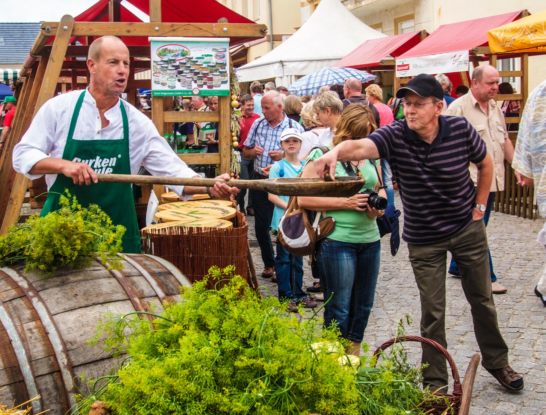 Gurkenpaule verteilt Gurken beim Spreewald- und Schützenfest Lübbenau