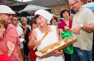 Marktfrau vom Trachtenverein Briesensee beim Spreewald- und Schützenfest Lübbenau