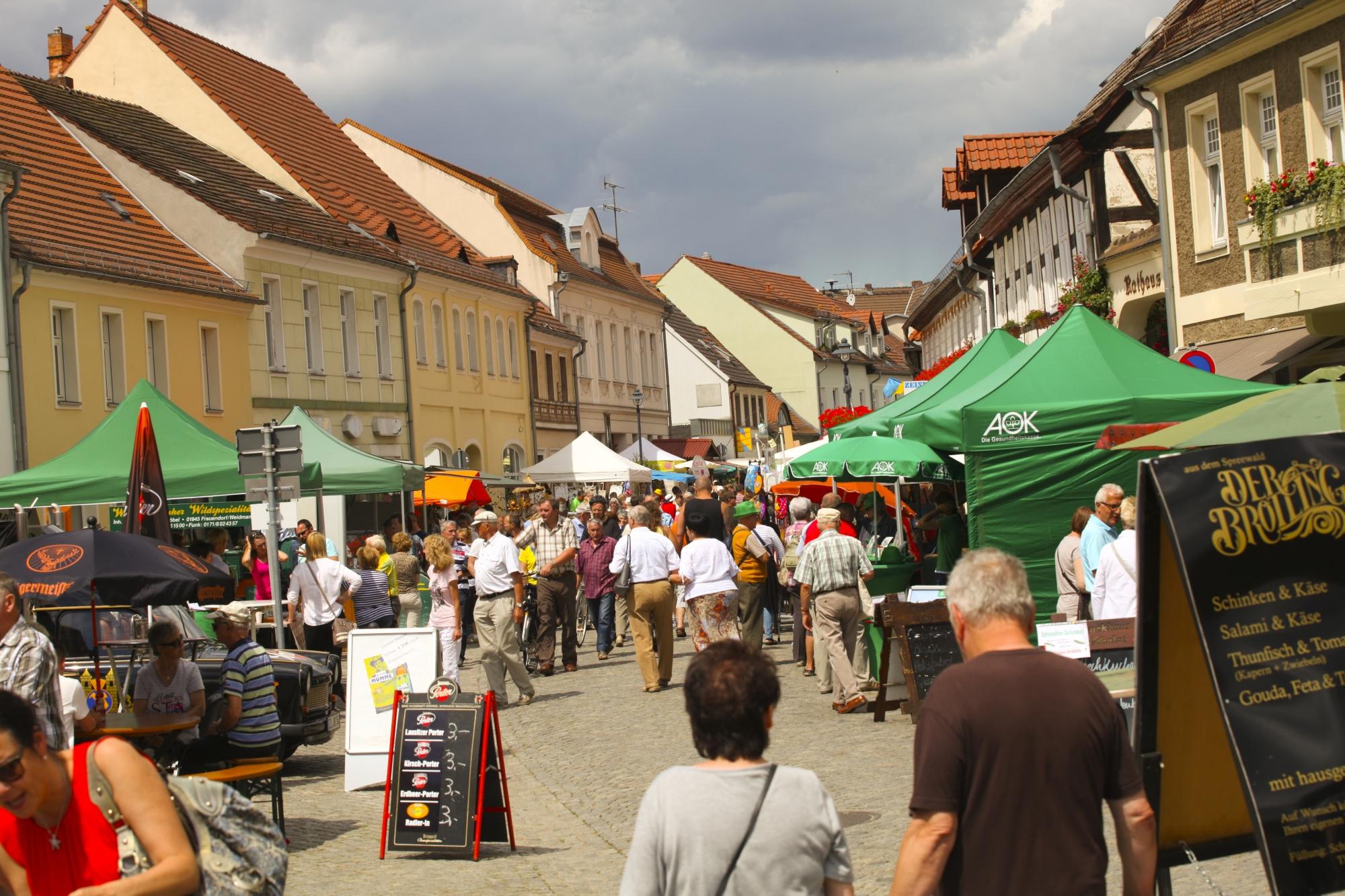 Blick in die Marktmeile beim Lübbenauer Spreewald- und Schützenfest, Foto:© Robert W. Naase (Cucumber Media)