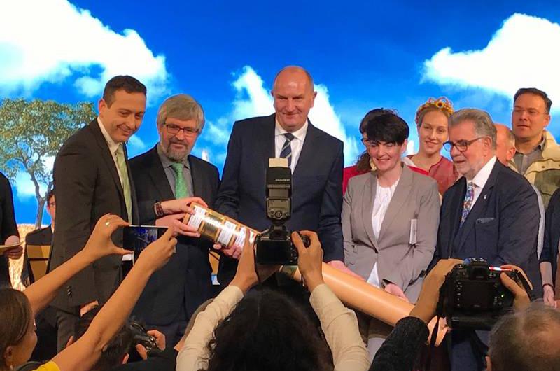 Staffelstabübergabe zum Brandenburger Dorf- und Erntefest, bei der Internationalen Grünen Woche (Foto: REG)
